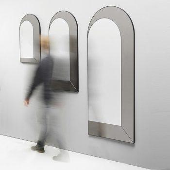 Espejo de pared con forma de arco.