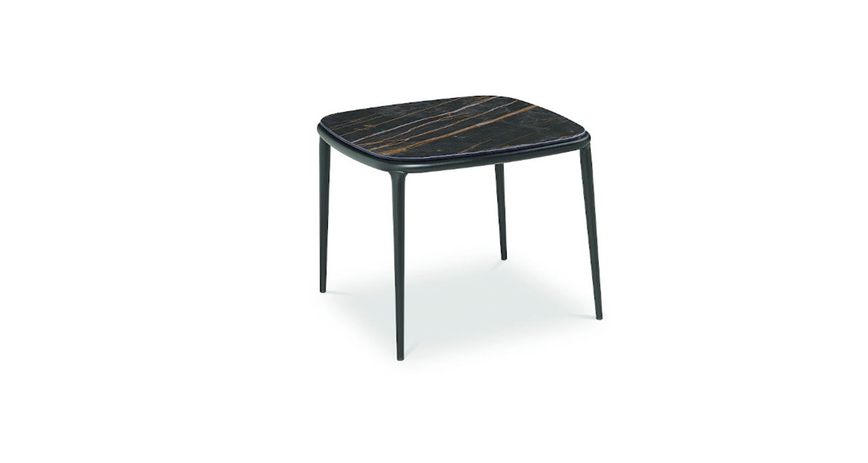 Mesa auxiliar con estructura de acero y cubierta de madera enchapada lacada o cristal-cerámico.