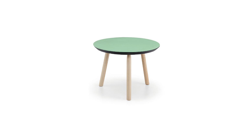 Mesa auxiliar con estructura en madera y cubierta de cristal-cerámico o tapizada en cuero.