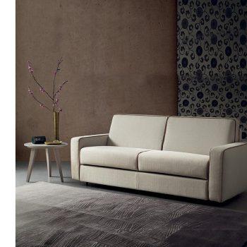 Sofá Cama Italiano de 3 cuerpos Spagnol Group en una sala de estar.