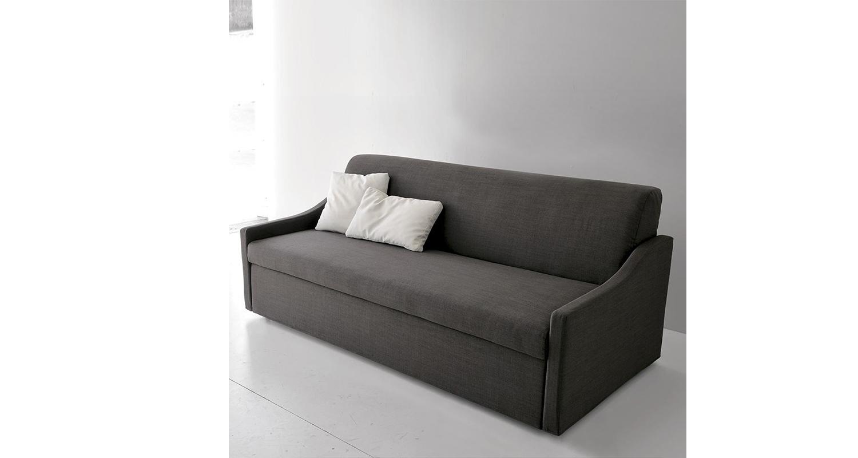 Sofá italiano de 3 cuerpos Spagnol Group en una sala de estar.