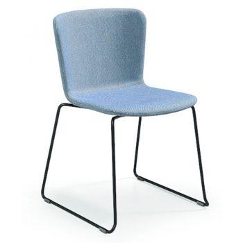 Silla versátil ideal para salas de conferencia. Acabado en tela