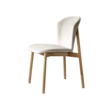 Silla Natural Finn tiene estructura de madera y asiento de terciopelo en diferentes colores.